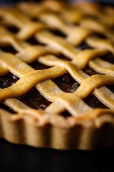 Gros plan de pâtisserie rustique maison tarte aux raisins traditionnels.
