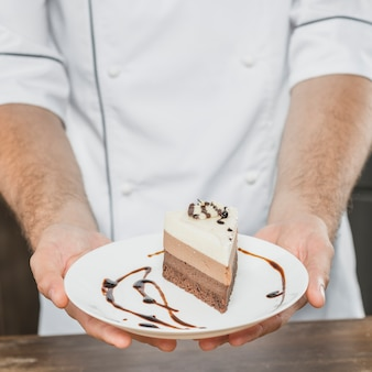 Gros plan, de, pâtissier, présenter, dessert