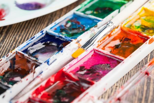 Gros plan sur les peintures multicolores