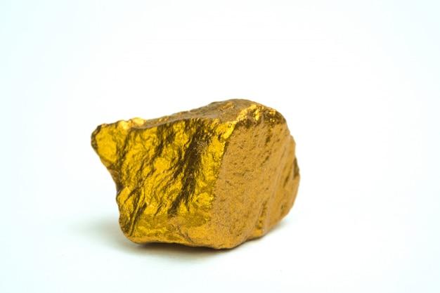 Gros plan de pépite d'or ou de minerai d'or sur fond blanc