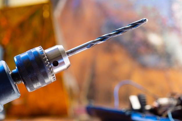 Gros plan sur une perceuse électrique dans un atelier de réparation. perceuse de forage de près