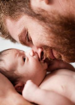 Gros plan père et bébé des moments inestimables