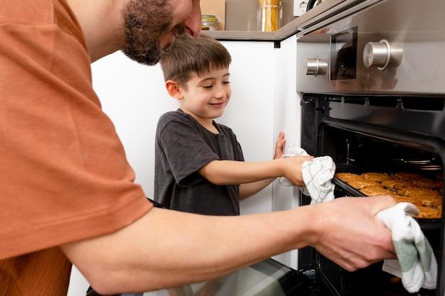 Gros plan père et garçon cuisson
