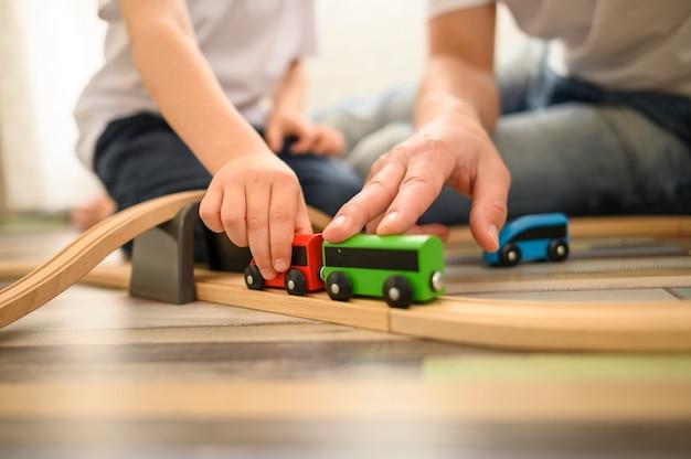 Gros plan, père, jouer, jouets
