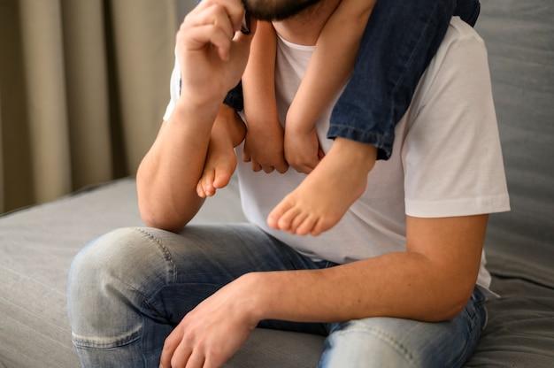 Gros plan, père, tenue, fils, épaules