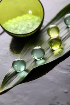 Gros plan de perles de bain naturelles