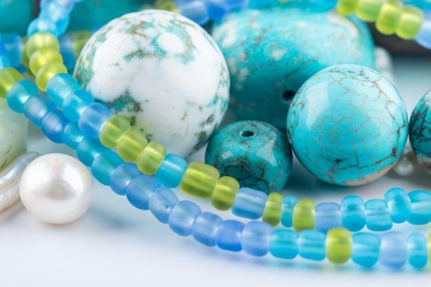 Gros plan de perles turquoise