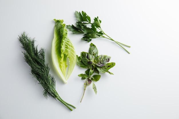 Gros plan sur le persil herbes aneth basilic isolé