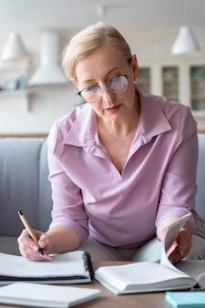 Gros plan sur une personne âgée tout en apprenant