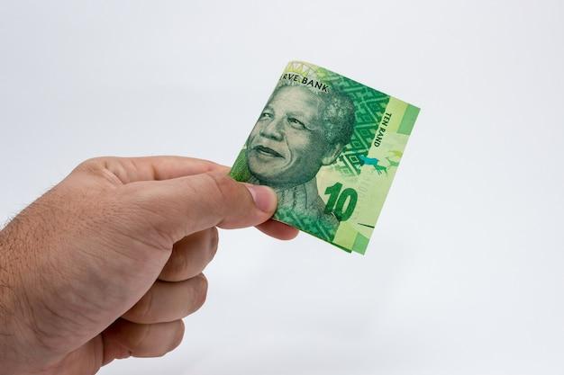 Gros plan d'une personne détenant de l'argent sur un fond blanc