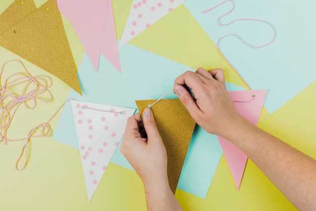 Gros plan, personne, fabrication, bunting, fond vert