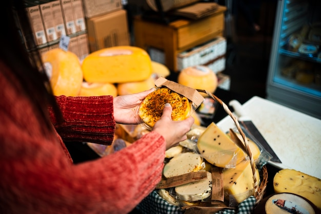 Gros plan, personne, à, fromage, arrangement