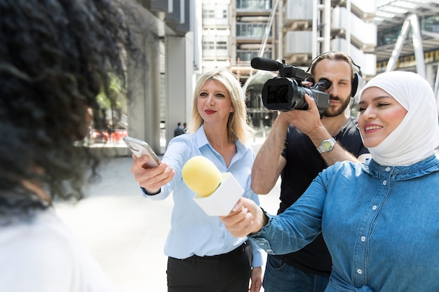 Gros plan sur une personne interrogée avec un microphone prenant des déclarations