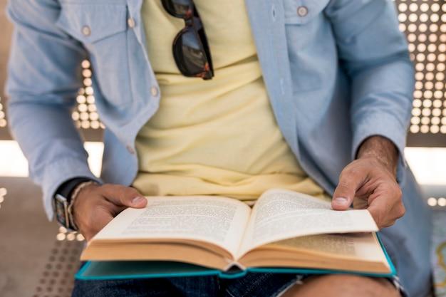 Gros plan personne avec livre ouvert