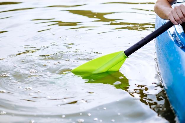Gros plan, de, a, personne, main, kayak, patauger