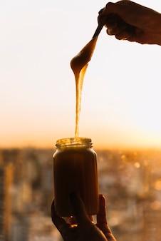 Gros plan, de, personne, main, à, pot, de, citron, lait caillé