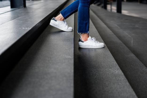 Gros plan d'une personne marchant dans les escaliers