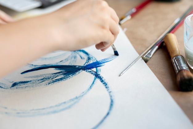 Gros plan personne avec peinture au pinceau