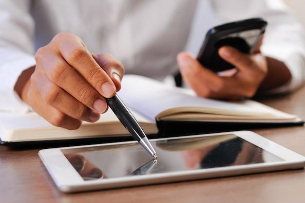 Gros plan, de, personne, pointage, stylo, à, écran ordinateur tablette