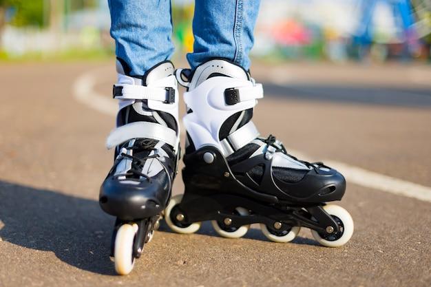 Gros plan sur une personne portant des patins à roulettes