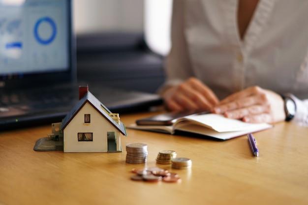 Gros plan d'une personne qui pense acheter ou vendre une maison