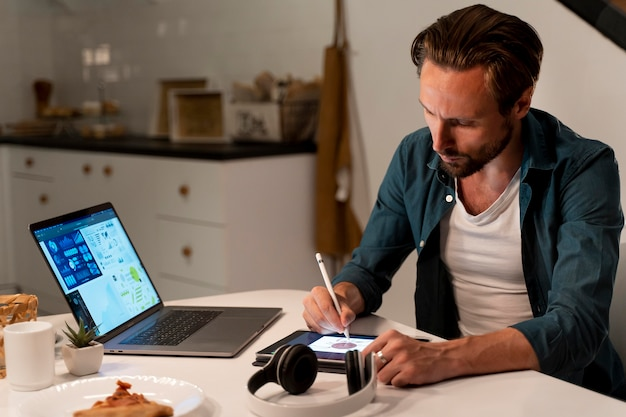 Gros plan sur une personne travaillant à domicile la nuit