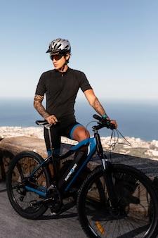 Gros plan sur personne avec vélo électrique