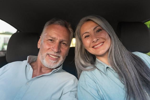 Gros plan des personnes âgées souriantes
