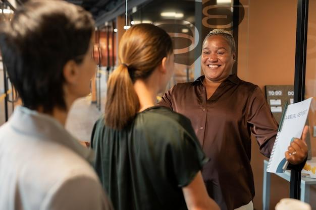 Gros plan des personnes souriantes au travail