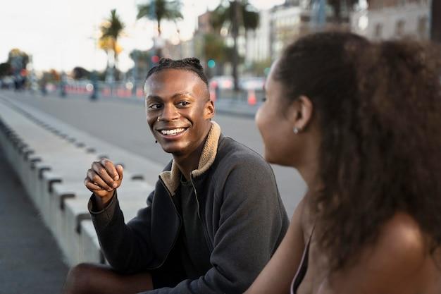 Gros plan des personnes souriantes à l'extérieur