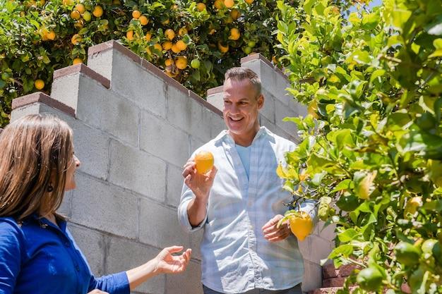 Gros plan des personnes souriantes avec des fruits
