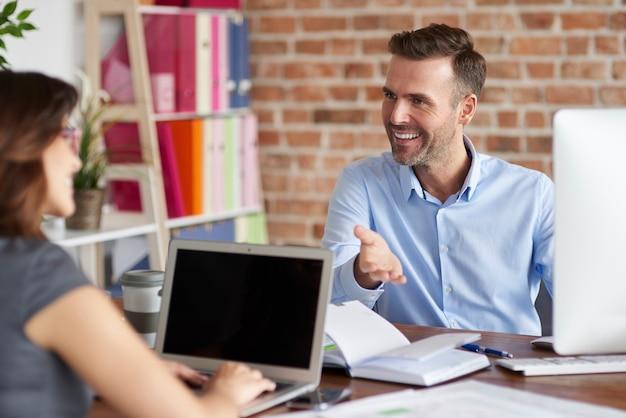 Gros plan sur les personnes travaillant au bureau