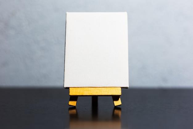 Gros plan d'un petit chevalet avec maquette blanche