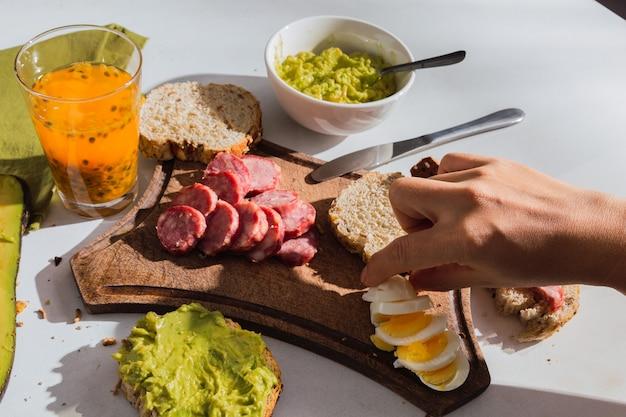 Gros plan sur un petit-déjeuner appétissant au soleil avec des ingrédients tropicaux. cuisine traditionnelle.