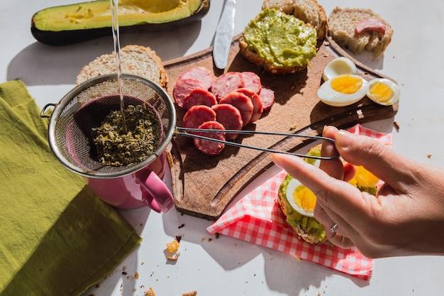 Gros plan sur un petit-déjeuner appétissant au soleil avec des ingrédients tropicaux - stitched mate.