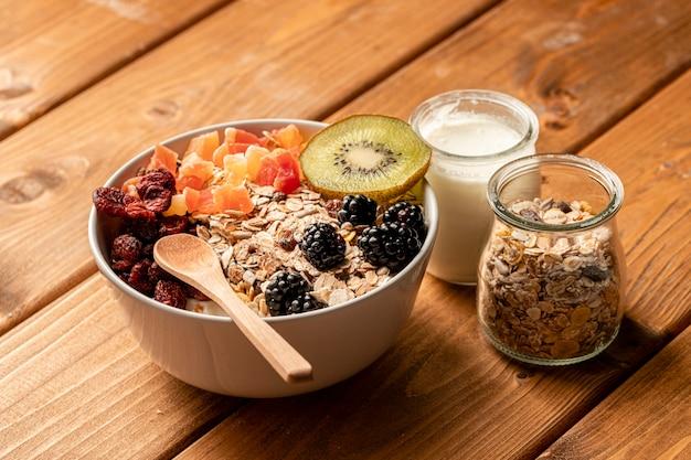 Gros plan petit déjeuner sain sur table