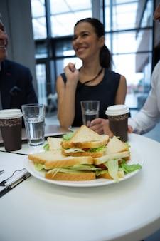 Gros plan, de, petit déjeuner, sur, table, à, hommes affaires