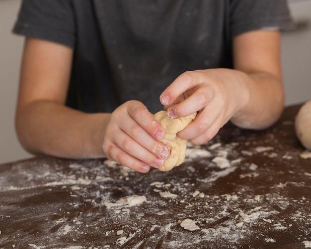 Gros plan, petit garçon, fabrication pâte