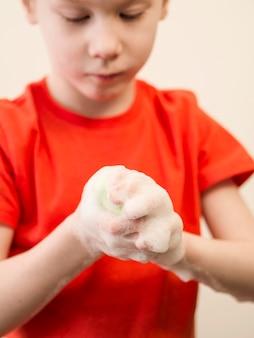 Gros plan, petit garçon, lavage mains