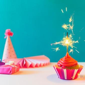 Gros plan, petit gâteau, à, brûler, sparkler