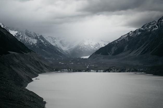 Gros plan d'un petit lac sur les montagnes enneigées du parc national du mont cook, nouvelle-zélande