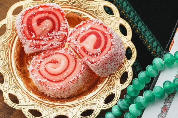 Gros plan d'une petite assiette orientale avec des bonbons délices turcs
