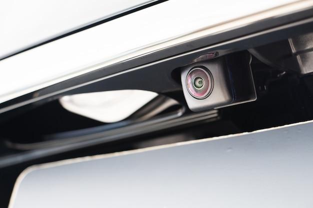 Gros plan petite caméra attachée à la caméra arrière de voiture / voiture