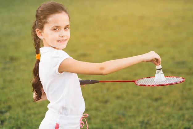 Gros plan, de, petite fille, jouer, badminton