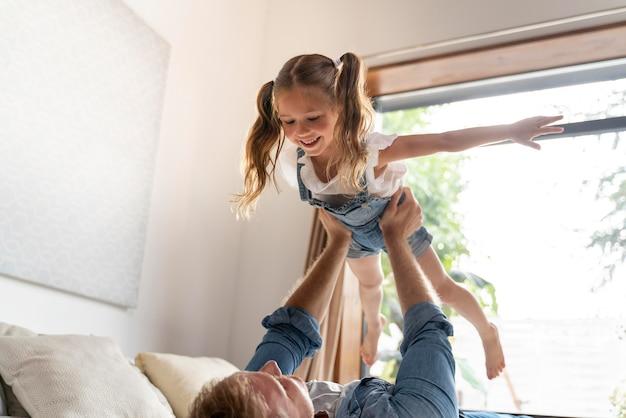 Gros plan sur une petite fille s'amusant à la maison