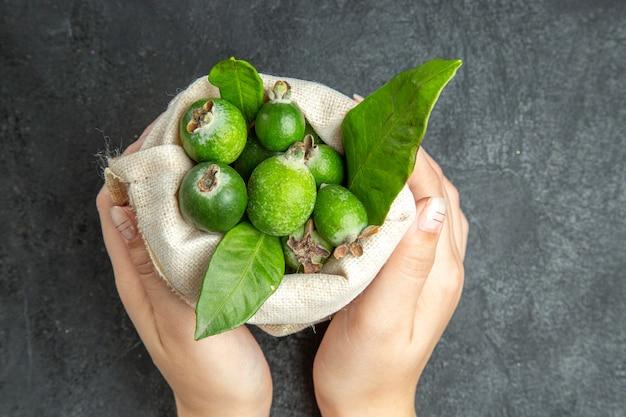 Gros plan sur les petits fruits frais de feijoas à la bombe vitaminée