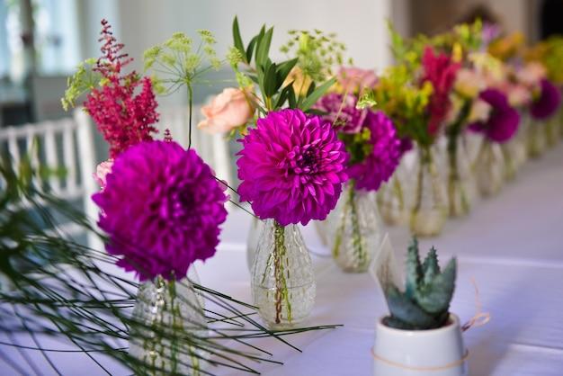 Gros plan de petits vases avec de belles fleurs d'hortensia pourpre