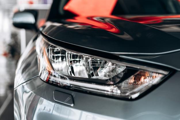 Gros plan d'un phare sur une voiture moderne avec réflexion.