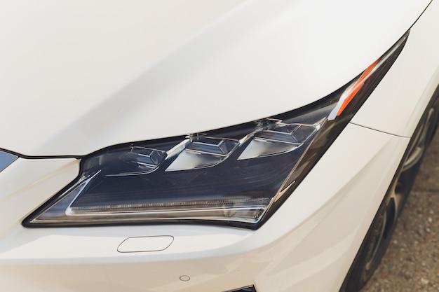 Gros plan sur l'un des phares led voiture moderne.