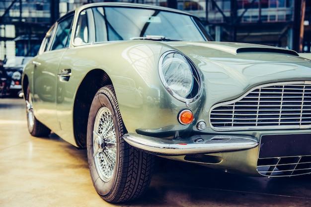 Gros plan des phares et pare-chocs avant sur automobile vintage